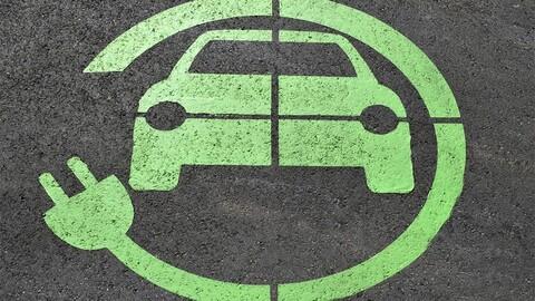 ¿Qué tan limpios son los autos eléctricos versus los de gasolina?