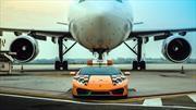Lamborghini Huracán trabaja como guía de aviones en el aeropuerto de Bolonia