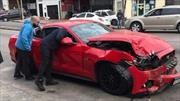 Mustang: lo llevó por el escape y le sonaron el auto contra una pared