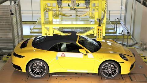 Los clientes de Porsche pueden ver en vivo cómo fabrican sus deportivos