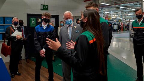 El Príncipe Carlos visita la planta de MINI