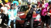Anuncia su auto haciendo un videoclip y es un éxito en YouTube