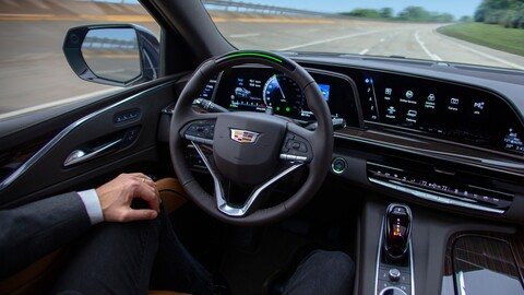 Cuáles marcas de autos ofrecen la mejor conducción semi-autónoma