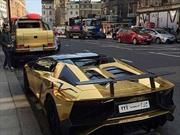 Deja estacionados dos carros bañados de oro y lo multan