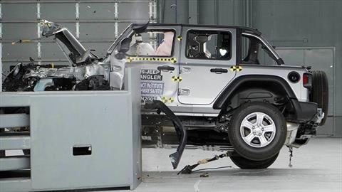 Jeep Wrangler vuelca en prueba choque que evaluaba su seguridad