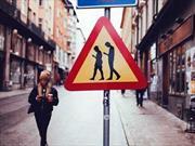 """Suecia estrena señal de tránsito, """"Cuidado, peatones usando el teléfono celular"""""""
