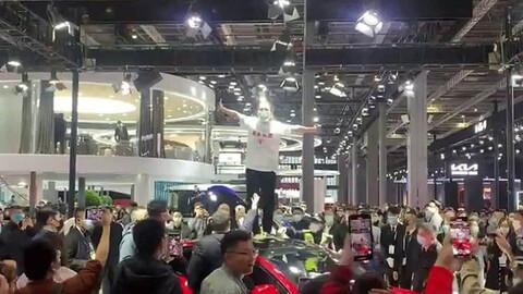 Escándalo en el Salón de Shanghai: cliente de Tesla protesta por la mala postventa
