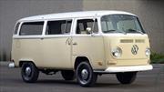 Queda en familia: Volkswagen restaura una Kombi de 1972 con un motor eléctrico del e-Golf