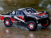 El Traxxas Slash 4x4, el auto de control remoto que puedes conducir sobre el agua