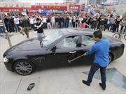 """Le vendieron un Maserati y recibió un """"Masserati"""" que destruyó a golpes"""