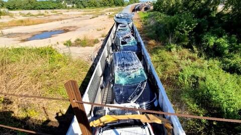 Decenas de Ford nuevos se destruyeron durante un tranquilo viaje en tren