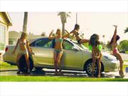 Video: Chicas lavan auto sin manos