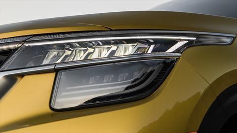 ¿Cómo le saco la suciedad amarillenta a las luces del auto?