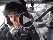 Piloto de IndyCar impresiona a su novia en un auto de NASCAR