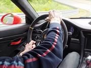 ¿Cuál es la forma correcta de tomar el volante?