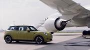 MINI Cooper SE muestra su poder eléctrico remolcando un avión