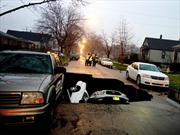 Una calle se traga tres autos en Chicago