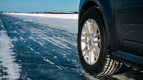 Manejamos sobre caminos de hielo en busca de la aurora boreal