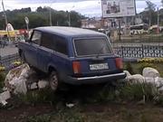 Choca el auto y crea un monumento a los malos conductores