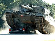 Video: Holandeses se ponen de barrera en la prueba de frenado de un tanque