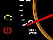 ¿Por qué se enciende la señal de motor en el tablero?