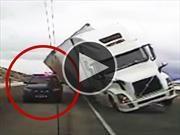 Camión cae sobre patrulla a causa del viento