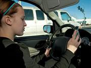 Mandar mensajes de texto por voz es igual de peligroso que enviarlos tecleando al conducir