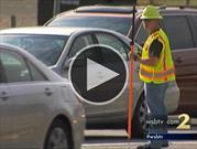 Policías disfrazados multan a conductores que usan el teléfono celular