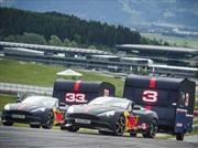 2 Aston Martin con remolque se enfrentan en un duelo en pista
