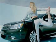 Buick y Bar Refaeli te dicen cómo hacer Yoga en el auto