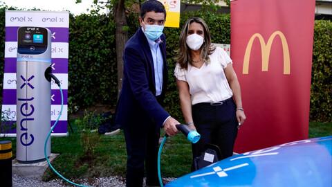 Enel X cierra alianza con McDonald's para incorporar 14 nuevos puntos de carga en el país