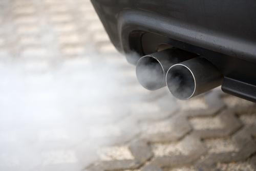 Identifica qué problema tiene el motor de tu auto por el color del humo