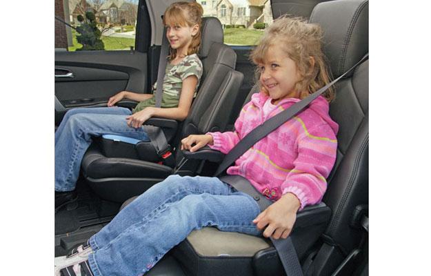 ¿Cómo deben viajar los niños y bebés en el auto?