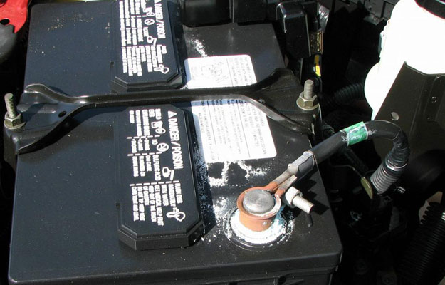 ¿Cómo debo cuidar la batería de mi auto?