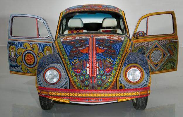 Vochol, un Volkswagen Escarabajo revestido de arte huichol
