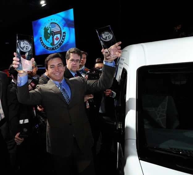 Ford Fusion Híbrido Auto del Año y Ford Transit Connect Camioneta del Año en Detroit 2010