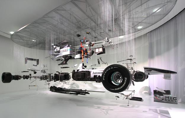 Un Mercedes Benz F1 suspendido sobre hilos