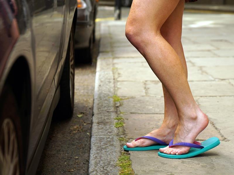 ¿Por qué no es bueno conducir con sandalias?