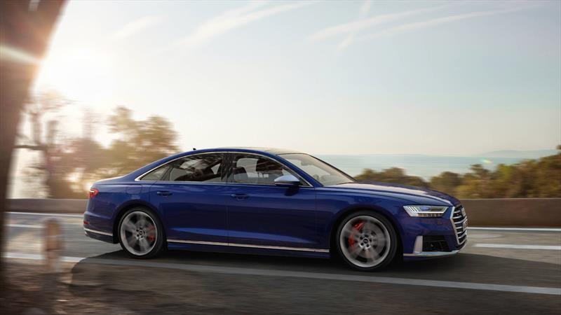Audi S8 2020 es una elegante y deportiva luimusina microhíbrida