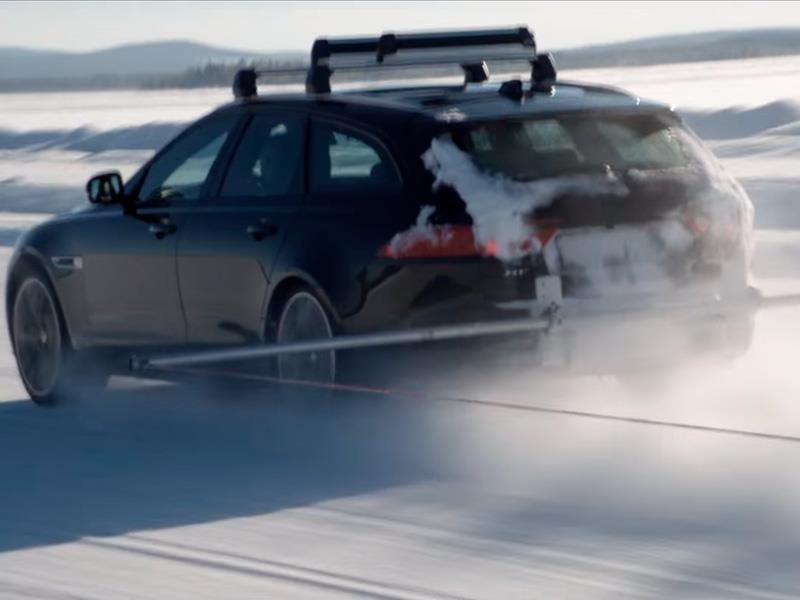 Jaguar XF S Sportbrake remolca a una persona esquiando