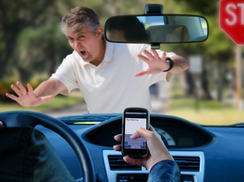 ¿Cómo se puede evitar el manejo distraído?