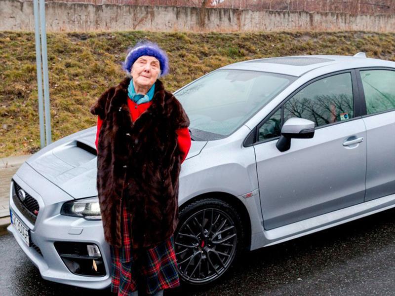 Esta abuelita te lleva a pasear en su Subaru Impreza WRX STi