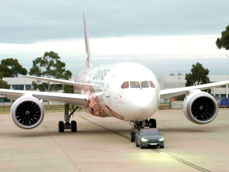Un Tesla Model X impone récord al remolcar un avión Boeing 787-9 Dreamliner