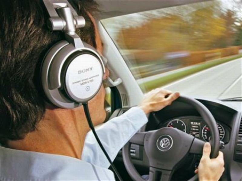 ¡Conducir con audífonos es un peligro!