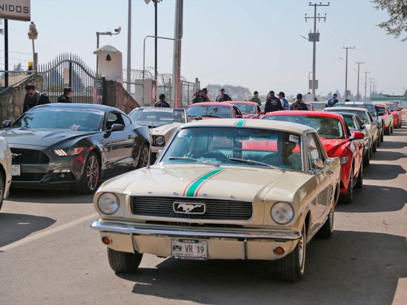Ford arma la mayor caravana de Mustang de la historia