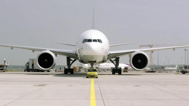 ¿Puede un MINI Cooper eléctrico remolcar un avión?