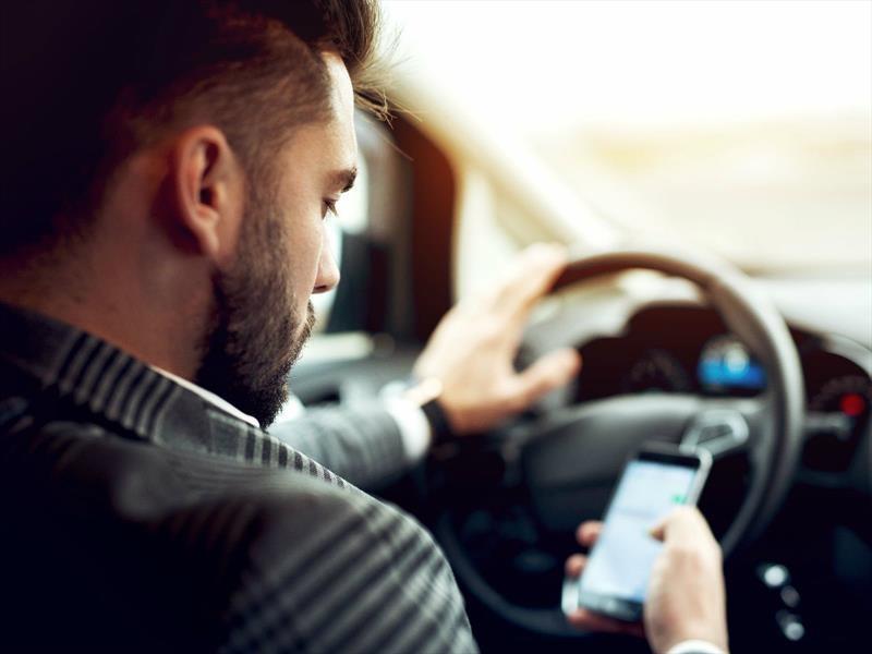 Peligro al volante: Hablar por teléfono no es lo único que nos distrae