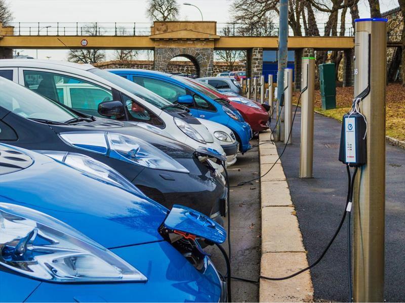 Los autos eléctricos e híbridos son los que más se venden en Noruega