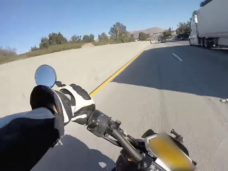 Video: El motociclista con más suerte del mundo