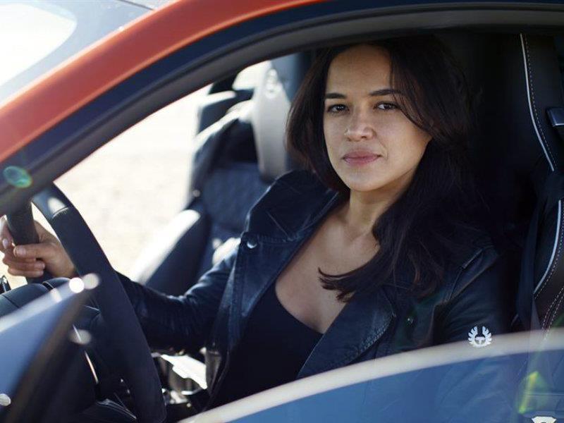 Michelle Rodríguez conduce el Jaguar F-Type SVR a 200 mph